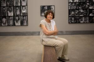 Claudia Andujar in ihrer Ausstellung in Inhotim, November 2015, © Daniela Paoliello